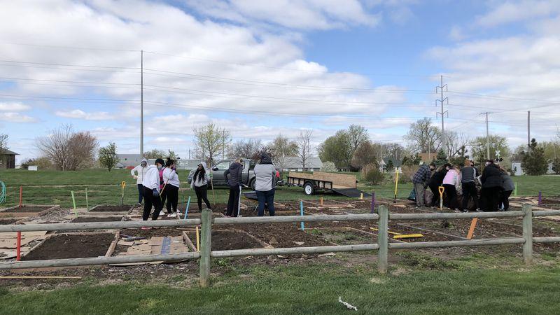 Students from Nebraska Methodist volunteer at Creektop Gardens