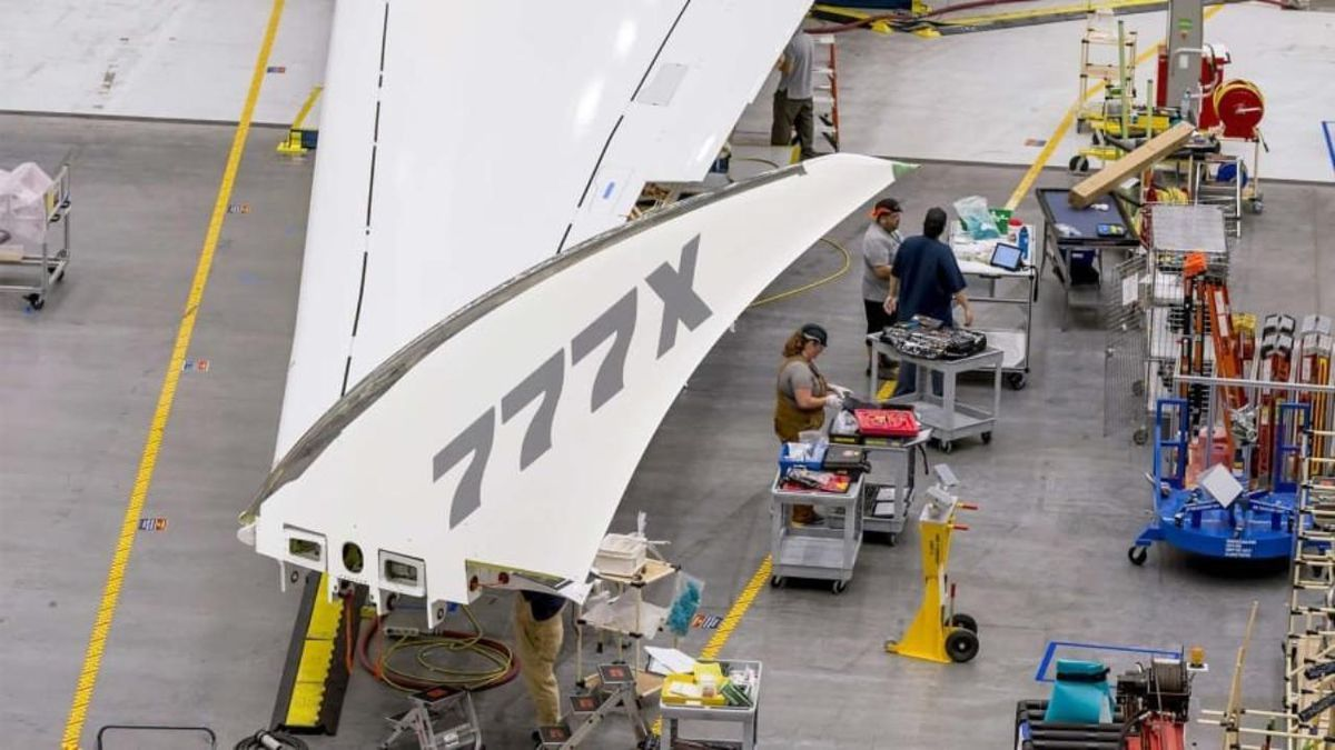 Boeing's new 777X jetliner will have innovative folding wings which give the plane extra lift.